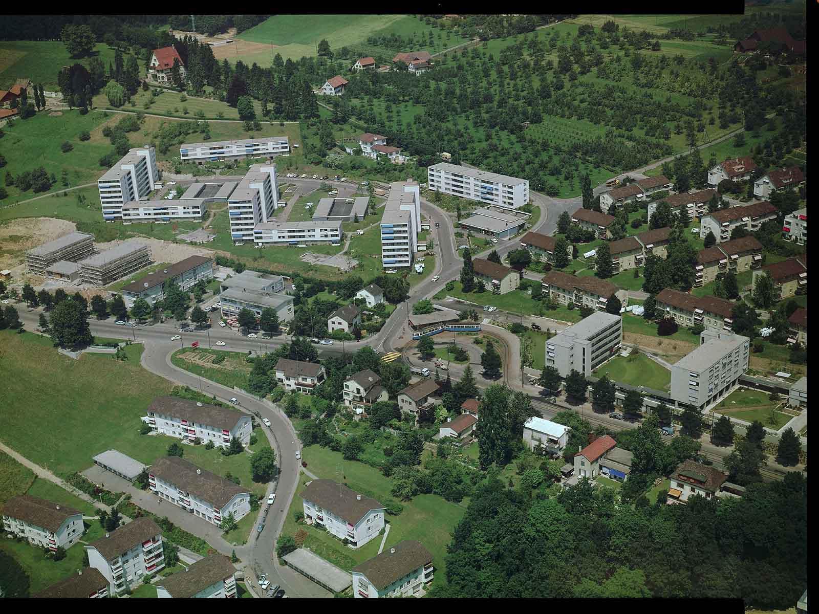 1964 wurde bis an die Stadtgrenze gebaut. Grosse Siedlungen sollten Wohnraum für die stark wachsende Bevölkerung bieten. Im Vergleich zu heute wirkt das Gebiet noch immer sehr locker bebaut.