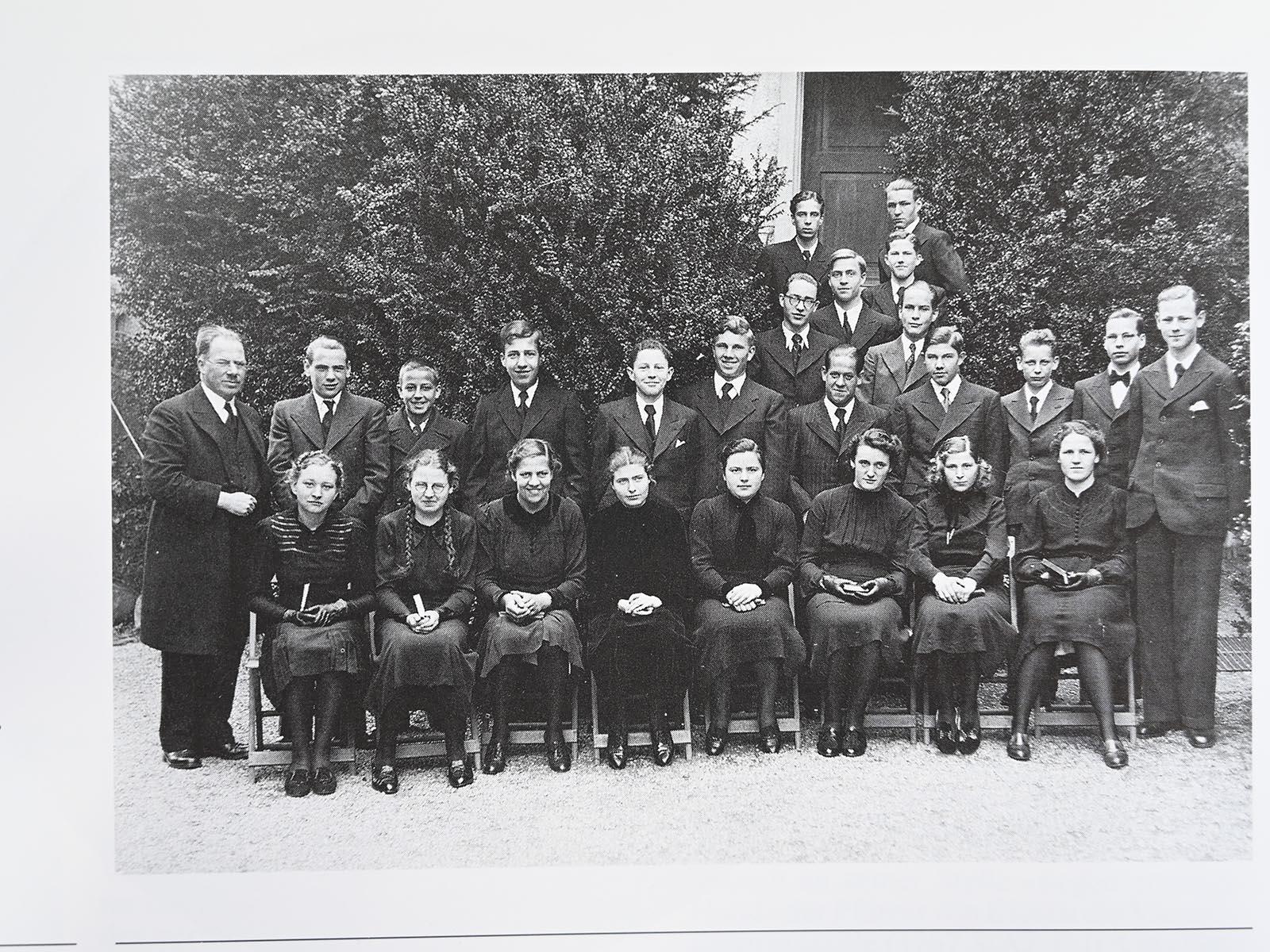 Pfarrer Paul Trautvetter mit der Konfirmandenklasse 1939 vor der Kirche.