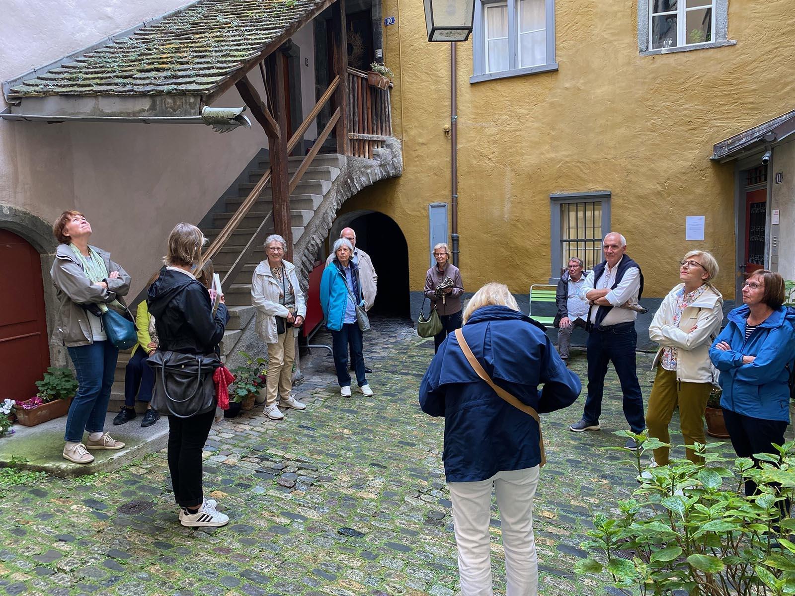 Mit Altstadtführerin Karin Senti im sogenannten Bärenloch, einem romantischen Innenhof.