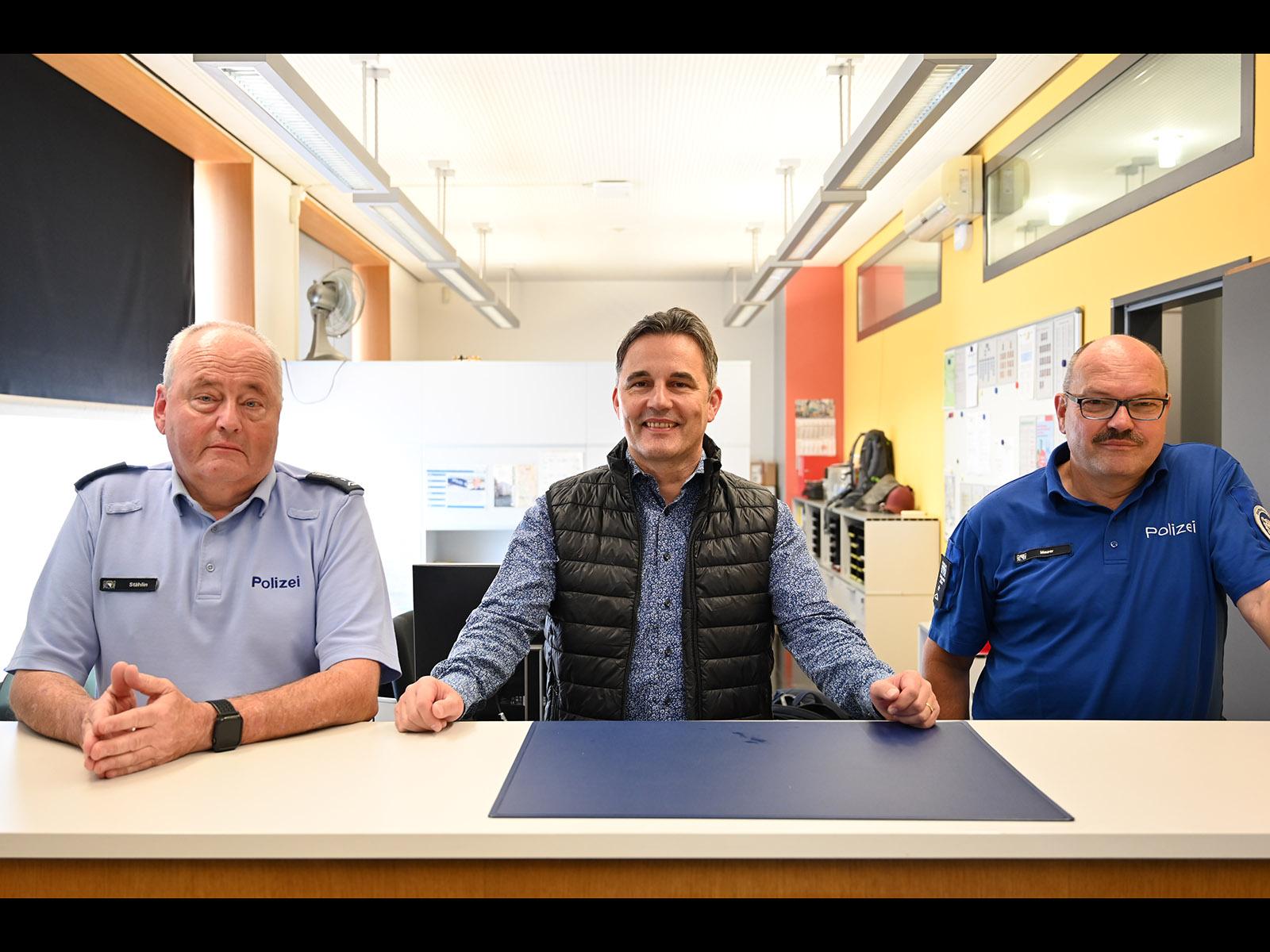 Kreischef 10 Roger Hunkeler mit zwei seiner Teammitglieder, den Revierpolizisten Stählin (links) und Maurer.