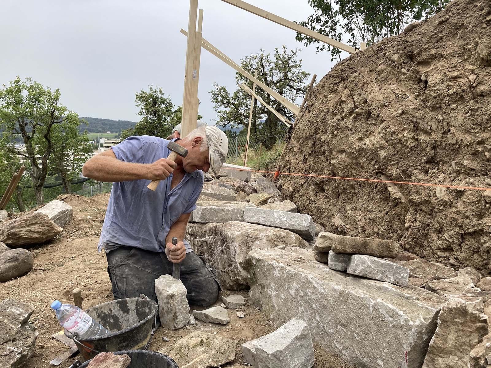 Während der «Offenen Baustelle» können Interessierte mithelfen, eine Trockenmauer zu bauen.