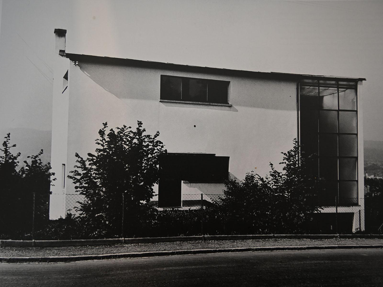 Ansicht auf die Nordfassade des Wohn- und Atelierhauses von der Limmattalstrasse im Jahr 1936/37